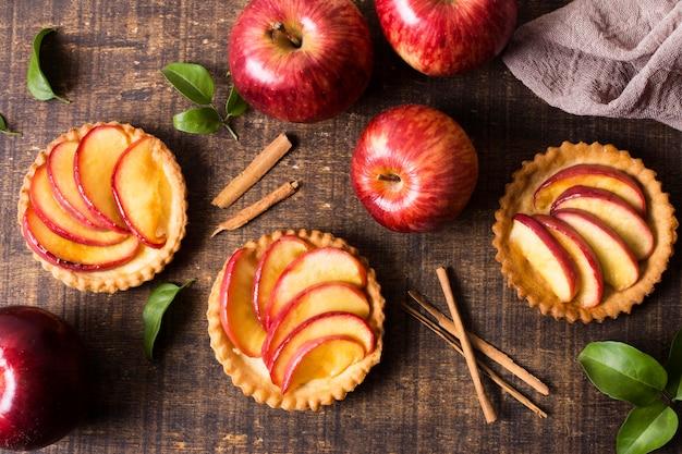 Вид сверху вкусный яблочный десерт готов к употреблению