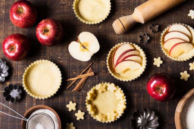 Dessert alla mela gustoso vista dall'alto sul tavolo