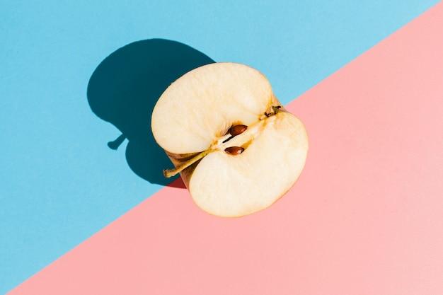 Vista dall'alto gustosa mela mezza