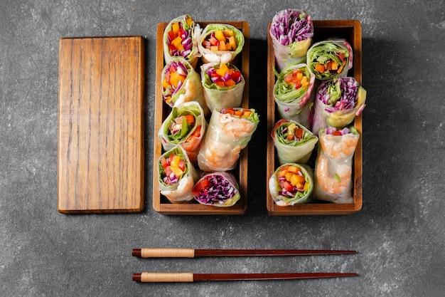 Vista dall'alto gustoso cibo asiatico in scatole