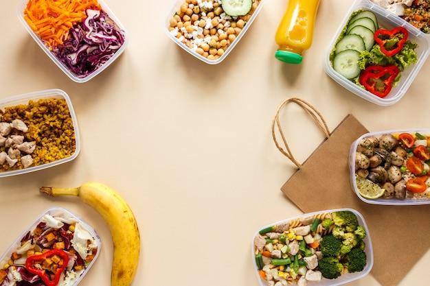 Vista dall'alto gustoso cibo in lotti cucinato con copia spazio