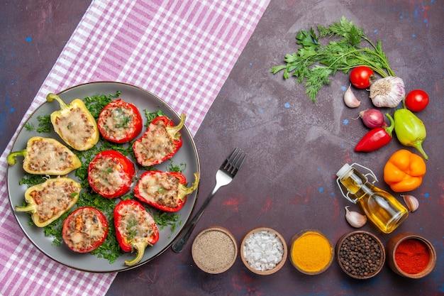 トップビューおいしいピーマンダークフロアで肉と野菜を使ったおいしい調理済みの食事夕食の食事料理ペッパースパイシー