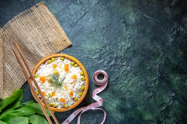 어두운 책상에 접시 안에 콩 상위 뷰 맛있는 삶은 쌀