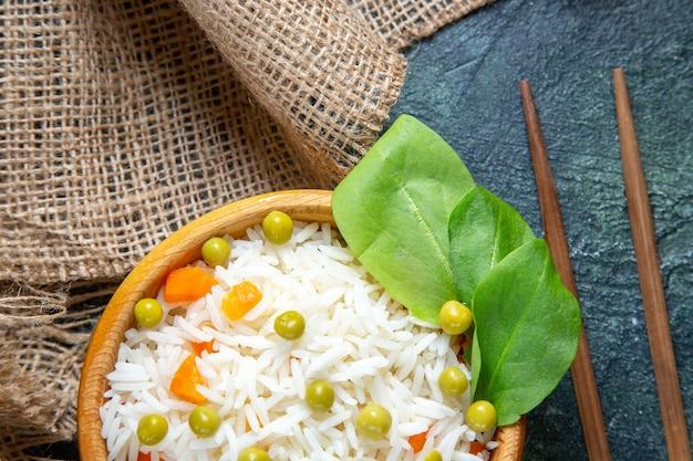 어두운 책상에 녹색 콩 상위 뷰 맛있는 삶은 쌀