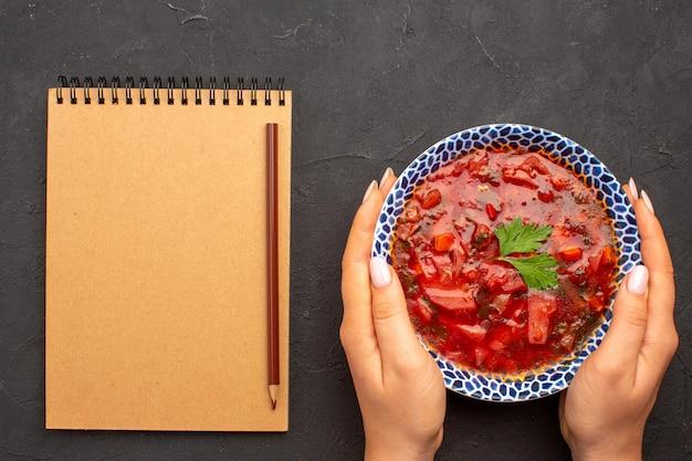 Vista dall'alto gustosa zuppa di barbabietola ucraina famosa borsch sullo spazio scuro dark