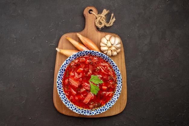 Vista dall'alto gustosa zuppa di barbabietola borsch ucraina sullo spazio scuro dark