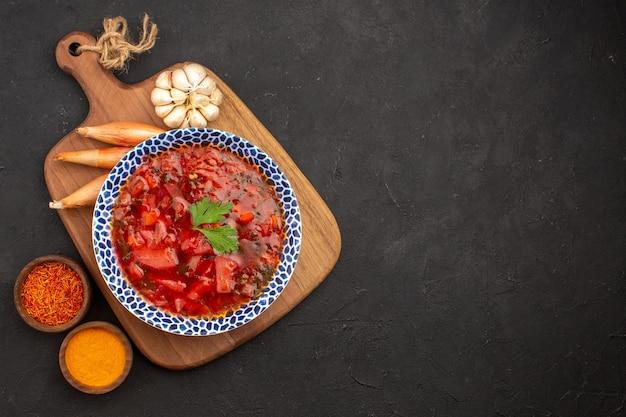 Вид сверху вкусный борщ украинский свекольный суп на темном пространстве