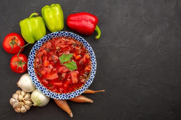 Vista dall'alto gustosa zuppa di barbabietola borsch ucraina con verdure fresche nello spazio buio