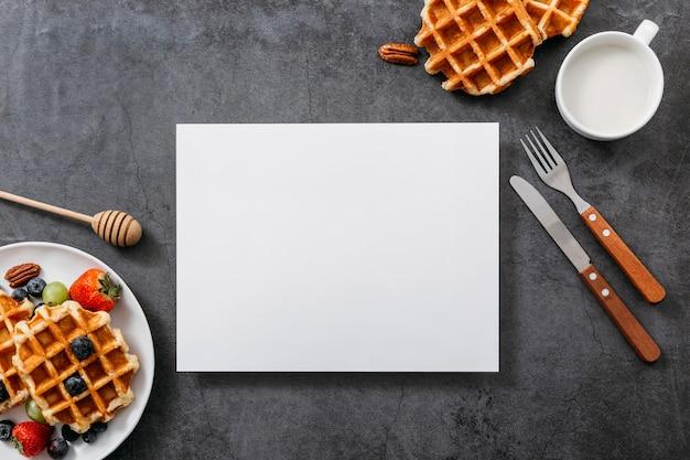 空のカードとトップビューのおいしい朝食の食事の品揃え