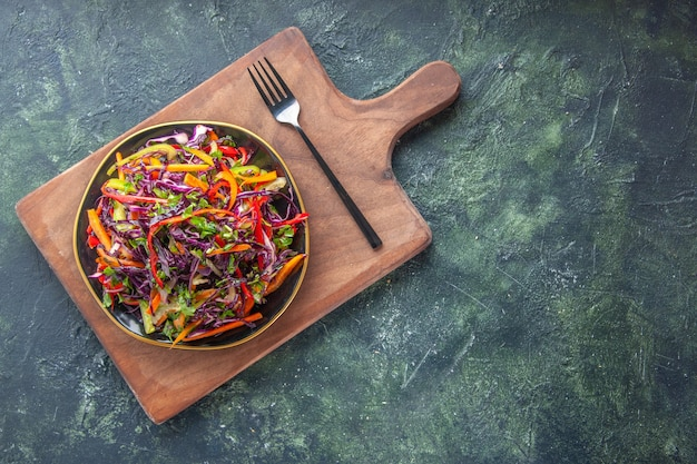 Vista dall'alto gustosa insalata di cavolo all'interno della piastra sullo sfondo scuro spuntino pasto vacanza cibo pranzo dieta vegetale pane salute