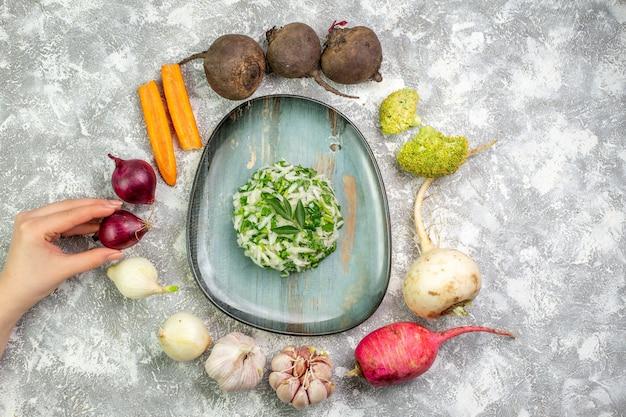 Vista dall'alto gustosa insalata di cavolo con verdure fresche sul tavolo bianco