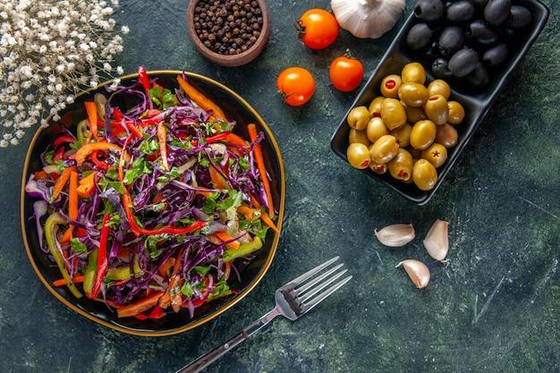 어두운 배경 음식 빵 휴가 간식 다이어트 건강 식사 점심에 올리브와 상위 뷰 맛있는 양배추 샐러드