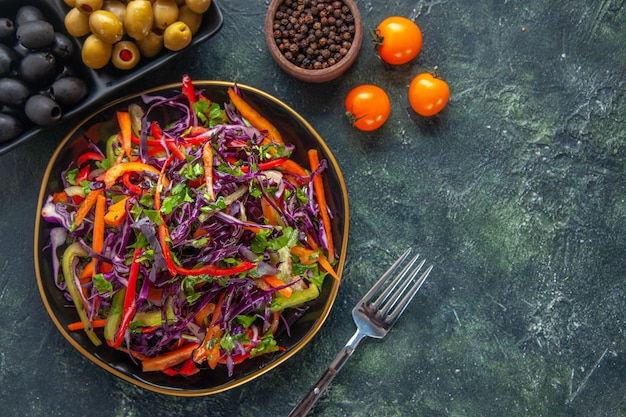 トップビュー暗い背景にオリーブとおいしいキャベツのサラダ食事健康パンスナックランチホリデーフードダイエット