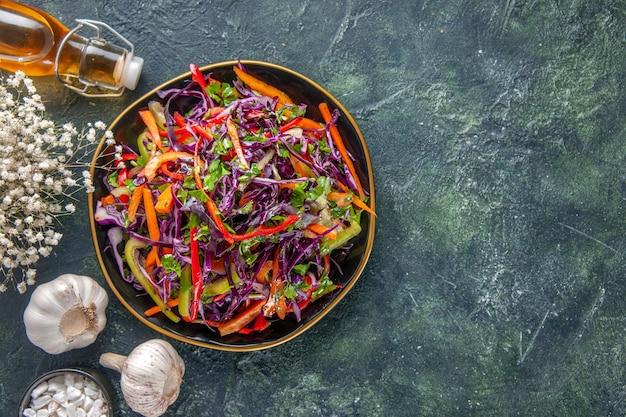 Vista dall'alto gustosa insalata di cavolo con peperoni all'interno della piastra su sfondo scuro pasto salute pane spuntino dieta pranzo vacanze cibo