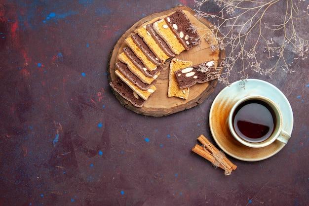 Vista dall'alto di gustose fette di torta con noci e tazza di tè su nero