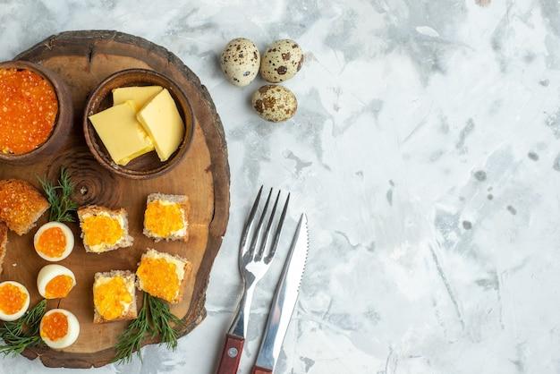 나무 판자에 삶은 계란을 넣은 상위 뷰 맛있는 캐비아 샌드위치 흰색 배경 아침 식사 음식 해산물 생선 점심 토스트