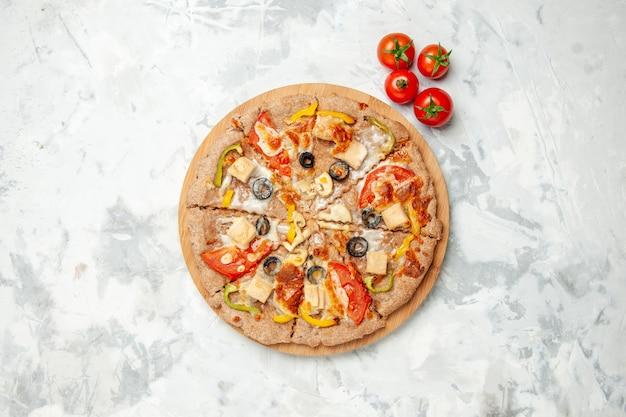 上面図白い背景にトマトとオリーブのおいしいチーズピザファーストフード配達食事生地パイケーキ焼き