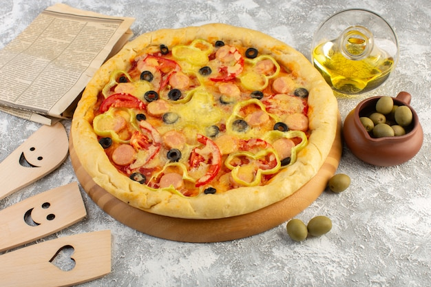 Вид сверху вкусной сырной пиццы с сосисками из черных оливок и красными помидорами вместе с маслом и оливками на сером фоне, фаст-фуд, выпечка из итальянского теста