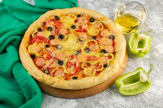 Vista dall'alto gustosa pizza di formaggio con olive nere salsicce e pomodori rossi insieme a peperoni e olio sulla scrivania grigia fast-food pasta italiana pasto cuocere