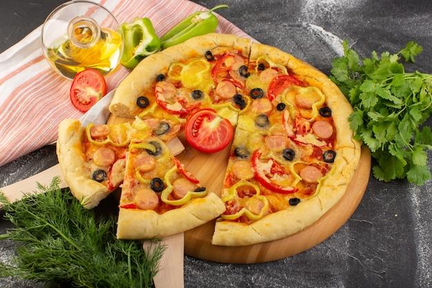 Вид сверху вкусной сырной пиццы с красными помидорами, черными оливками, сосисками на сером фоне, фаст-фуд, итальянская еда, выпечка