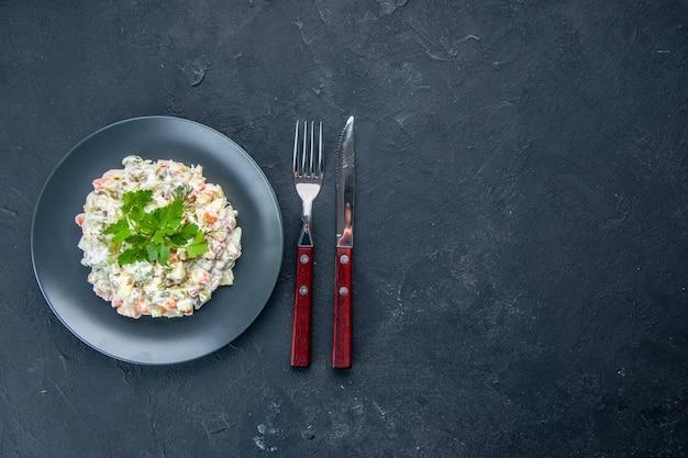 平面図おいしいチキンサラダ、さまざまなゆで野菜とマヨネーズの内側のプレート、暗い表面のダイナーフード水平混合料理食事の色