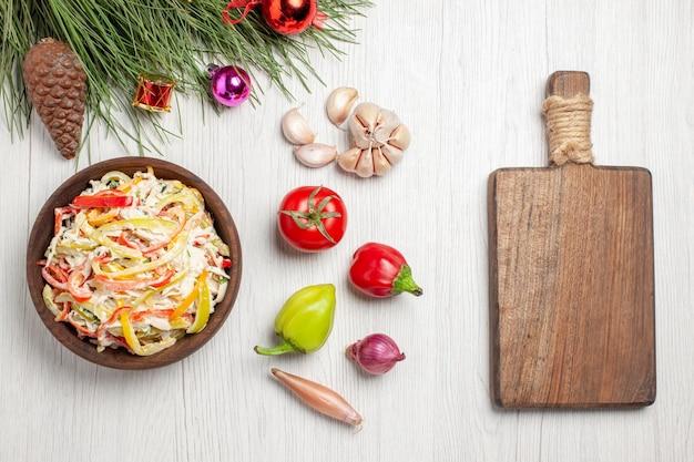 上面図白い机の上のマヨネーズとスライスした野菜のおいしいチキンサラダ肉の新鮮なサラダミールスナック