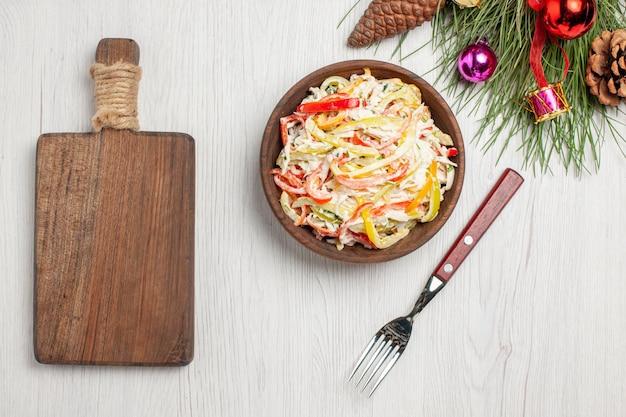 上面図白い表面にマヨネーズとスライスした野菜を添えたおいしいチキンサラダフレッシュサラダミートミールスナック