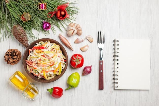 Vista dall'alto gustosa insalata di pollo con maionese su insalata di spuntini di carne fresca di superficie bianca chiara
