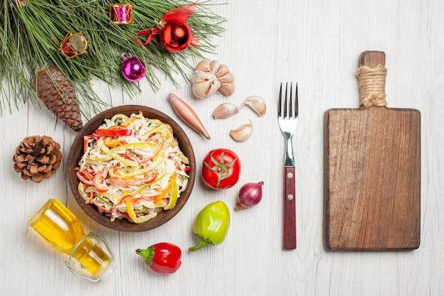 上面図白い机の上にマヨネーズを添えたおいしいチキンサラダ肉の新鮮な食事のスナックサラダ