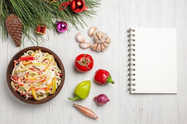 Vista dall'alto gustosa insalata di pollo con maionese e verdure a fette su uno spuntino di insalata fresca di carne bianca leggera da scrivania