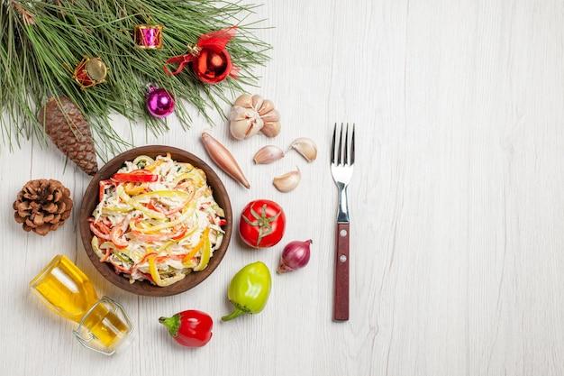 Vista dall'alto gustosa insalata di pollo con maionese su insalata di spuntino di carne fresca di superficie bianca