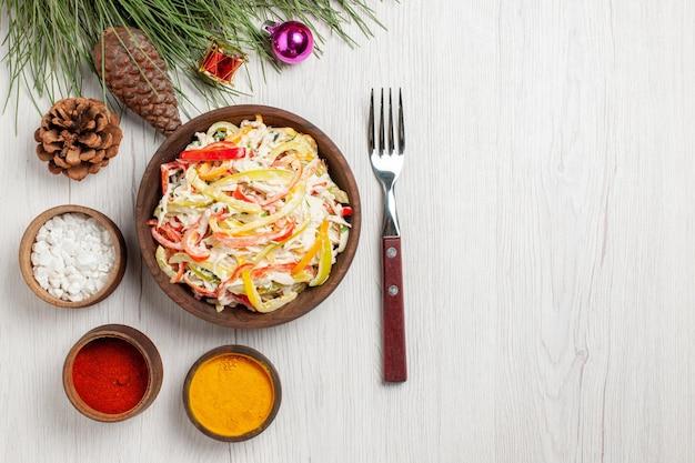 Vista dall'alto gustosa insalata di pollo con condimenti su insalata di snack di pasti freschi di carne bianca da scrivania