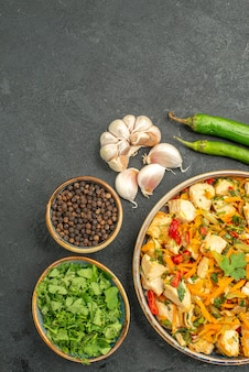 野菜とおいしいチキンサラダの上面図