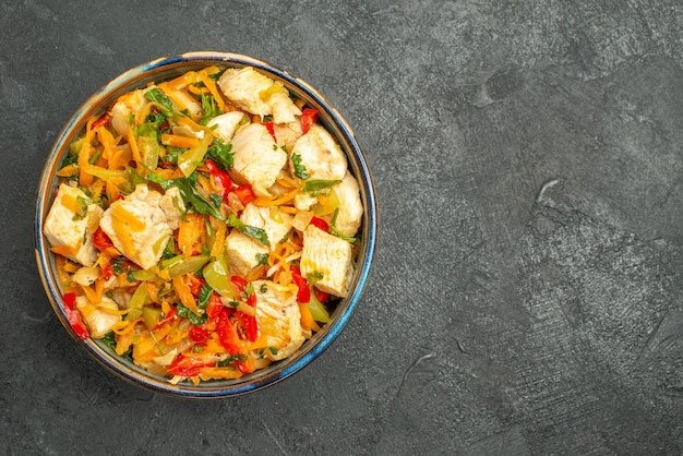 야채와 함께 상위 뷰 맛있는 치킨 샐러드