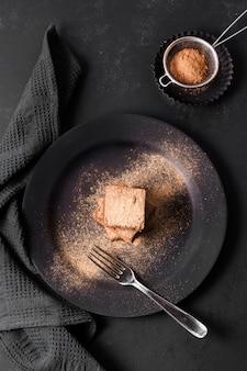 Вид сверху вкусного шоколадного пирожного готового к употреблению