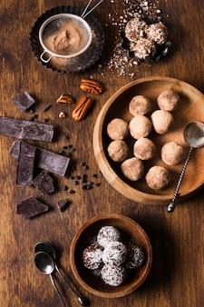 トップビューおいしいチョコレートトリュフを提供する準備ができて