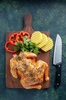 暗い背景にジャガイモとスライスしたコショウでスパイスを効かせたおいしい調理済みチキンの上面図肉色料理ディナー食事バーベキュー