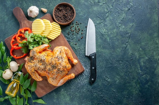 暗い背景にジャガイモでスパイスを効かせたおいしい調理済みチキンの上面図肉色料理バーベキュー料理夕食