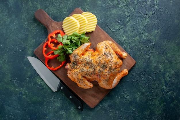 暗い背景にジャガイモでスパイスを効かせたおいしい調理済みチキンの上面図肉色料理ディナー食事フードバーベキュー