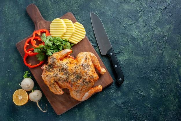 暗い背景にジャガイモでスパイスを効かせたおいしい調理済みチキンの上面図肉色料理食事食品バーベキューディナー
