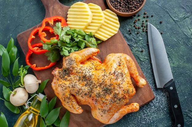暗い背景にジャガイモでスパイスを効かせたおいしい調理済みチキンの上面図肉色料理レストランフードディナーミール
