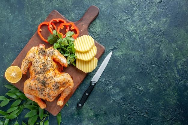 トップビュー暗い背景の肉料理レストランバーベキュー料理ディナーミールにジャガイモでスパイスを効かせたおいしい調理済みチキン