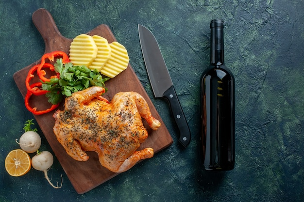 Вид сверху вкусной приготовленной курицы, приправленной картофелем, на темном фоне блюдо цвета мяса еда еда барбекю ужин