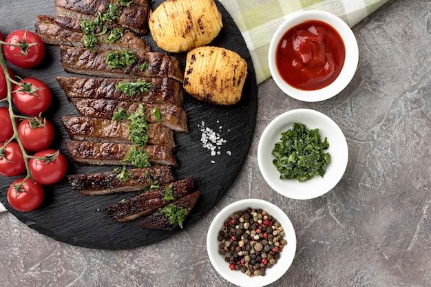 Вид сверху вкусно приготовленного мяса с соусом