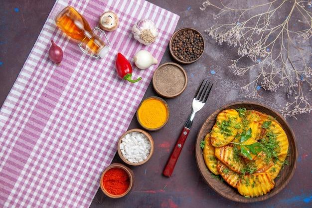 어두운 표면 저녁 식사 요리 식사 감자 요리에 채소와 조미료와 함께 상위 뷰 맛있는 요리 감자 맛있는 요리