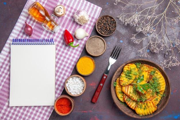 上面図おいしい調理済みジャガイモ暗い表面に緑と調味料を使ったおいしい料理夕食料理食事ジャガイモ料理