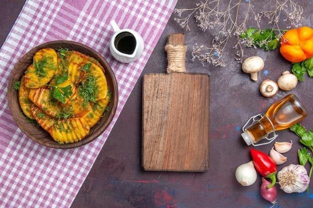 어두운 표면 감자 저녁 식사 요리 요리 식사에 채소와 상위 뷰 맛있는 요리 감자 맛있는 요리