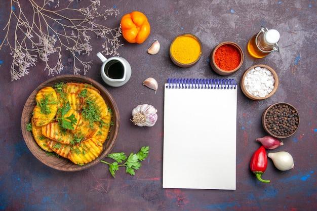 上面図おいしい調理済みジャガイモ暗い表面に緑のおいしい食事ポテトディナー料理料理の食事