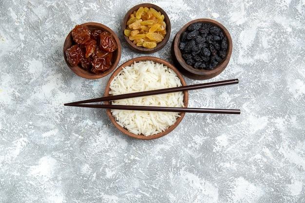 흰색에 건포도와 갈색 접시 안에 상위 뷰 맛있는 밥