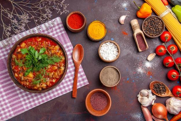 Vista dall'alto gustoso pasto di salsa di verdure cotte con condimenti diversi su cibo piatto di farina di salsa di superficie viola scuro